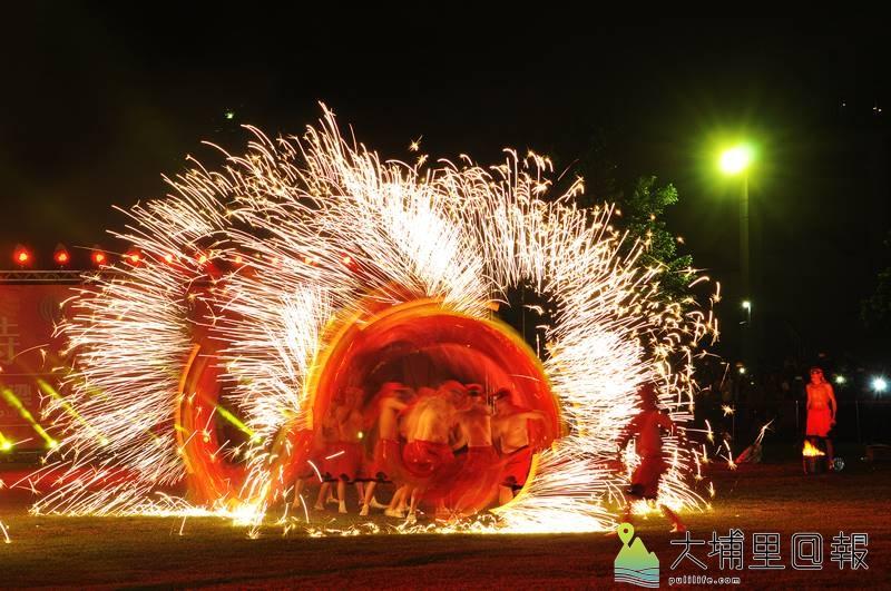 重慶銅梁火龍在埔里國中表演,身上噴著火花的火龍先行開場。(柏原祥 攝)