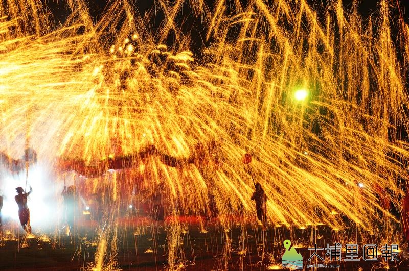 重慶銅梁火龍在埔里國中表演,震撼畫面吸引許多民眾前來觀看。(柏原祥 攝)