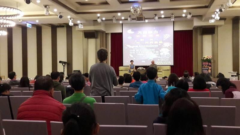 南投縣政府教育處「友善校園兒童影展」參與的民眾與林正盛對談。(教育處提供)
