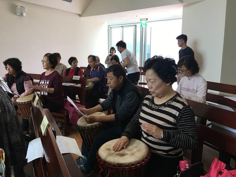 埔基長照中心開課相當多元,圖為非洲鼓的課程。(唐茹蘋 攝)