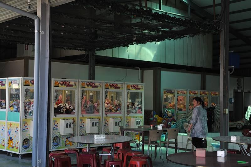 埔里鎮八德路夜市短短80公尺路段,聚集了7間夾娃娃機店面,釣蝦場也有設置。(柏原祥 攝)