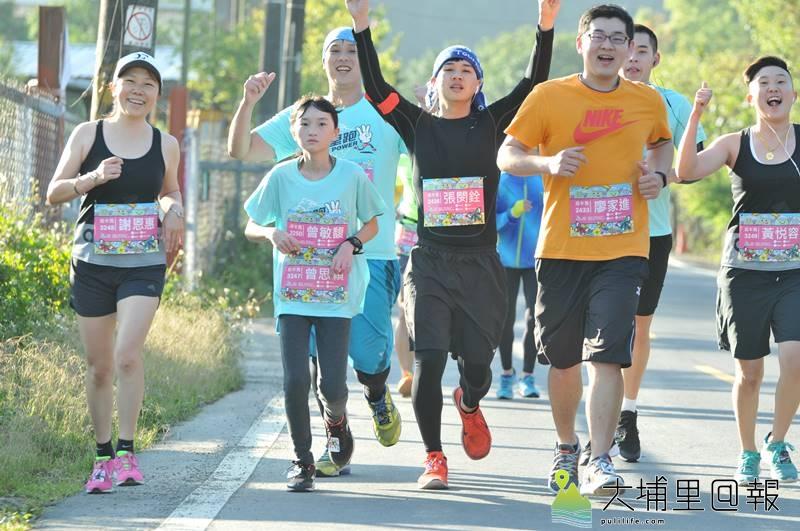 埔里山城派對馬拉松裡,為幫車禍姊姊圓夢,14歲妹妹曾敏馥(左二)戴著姊姊曾思穎的號碼牌跨齡跑完半馬。(柏原祥 攝)