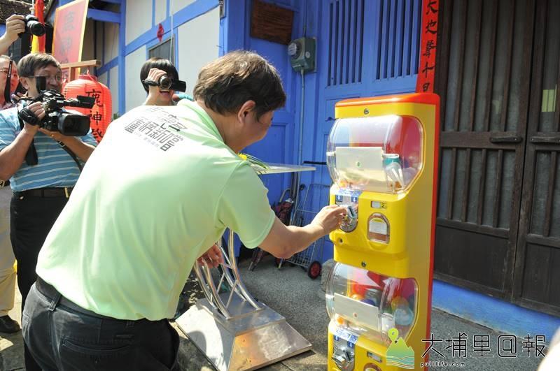 為推廣國姓鄉鹿茸、枇杷產業,鄉公所推出扭蛋抽獎活動。(柏原祥 攝)