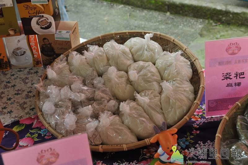 為推廣國姓鄉鹿茸、枇杷產業,鄉公所舉辦鹿神祭,主辦單位並開發各類客家美食。(柏原祥 攝)