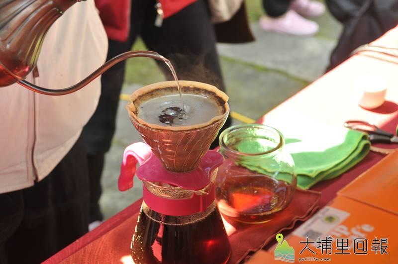 為推廣國姓鄉鹿茸、枇杷產業,鄉公所舉辦鹿神祭,活動現場也能品嚐香醇的國姓咖啡。(柏原祥 攝)