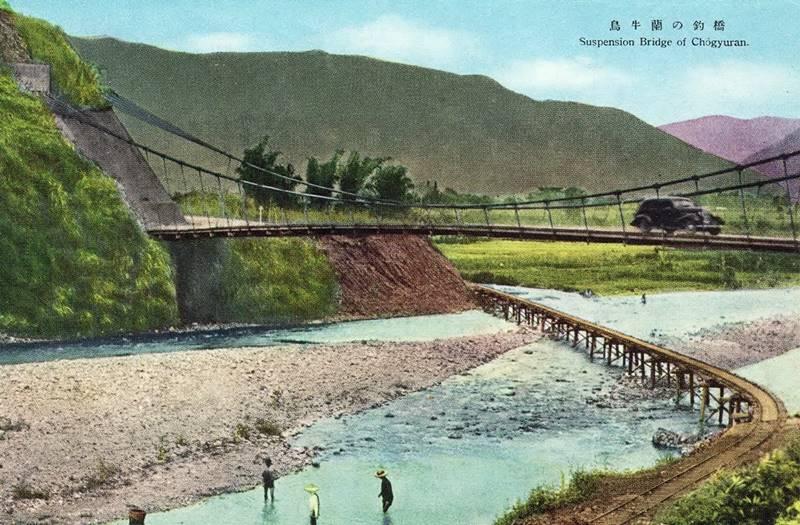 烏牛欄吊橋日治時期的老照片,跨越南港溪,可見到下方有台車鐵軌。(圖/摘自維基百科)