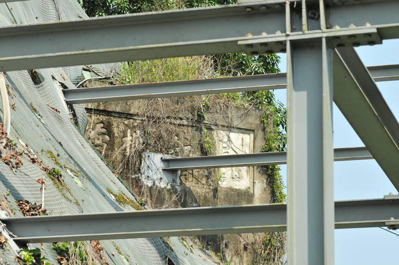 埔里鎮公所施設「鎮長周義雄歡迎您」電子看板,固定鋼樑打進烏牛欄吊橋石碑遺跡。(柏原祥 攝)