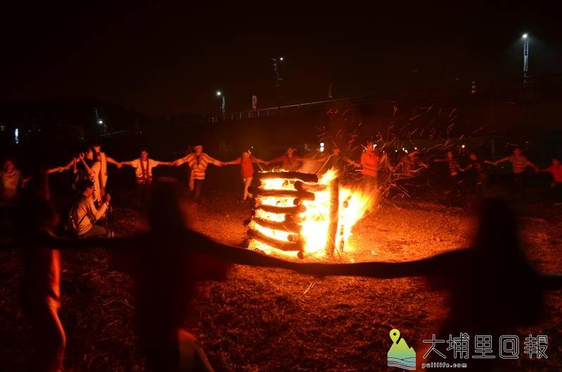 埔里是多元族群的大熔爐,圖為噶哈巫年祭中,族人手拉手「牽田」吟唱古調。(柏原祥 攝)
