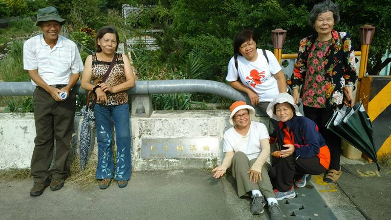 埔里鎮巴宰族人曾至台中豐原、潭子尋根,找到舊部落「烏牛欄溪橋」名稱相當的興奮。(圖/巴宰族群文化協會提供)