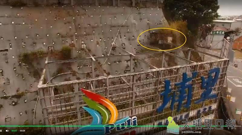 埔里鎮公所「鎮長周義雄歡迎您」電子看板破壞烏牛欄橋史蹟(黃圈處)。(張家維 攝)