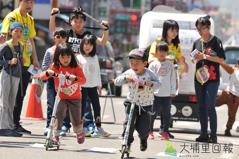 埔里無車日封街讓小朋友玩滑板車,並模擬行人過馬路的路況,讓小朋友瞭解路權觀念。(柏原祥 攝)