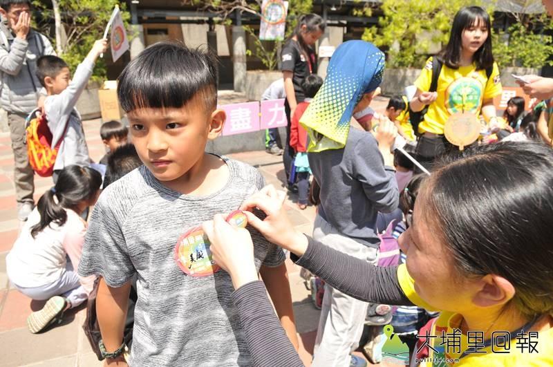 埔里無車日倡議友善路權的重要,通過關卡的小朋友可以獲得榮譽徽章。(柏原祥 攝)