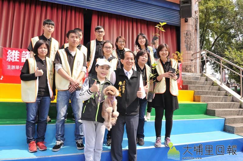 南投縣議員廖志城服務處免費贈送台灣杉樹苗,呼籲鎮民一同來綠美化、減碳作環保。(柏原祥 攝)