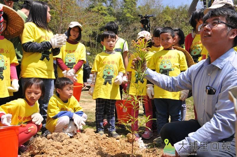 為了營造適宜螢火蟲生活的空間,桃源國小小朋友也一同來種樹營造螢火蟲棲地。(柏原祥 攝)