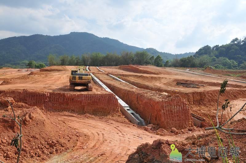 建商預計在珠仔山油桐花隧道附近蓋400戶住宅,目前基地正在整地做排水設施中。(柏原祥 攝)