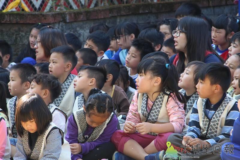 親愛國小傳統穀倉竣工,全校師生盛裝至民族文化教室旁,聆聽耆老訴說穀倉的故事。(圖/親愛國小提供)