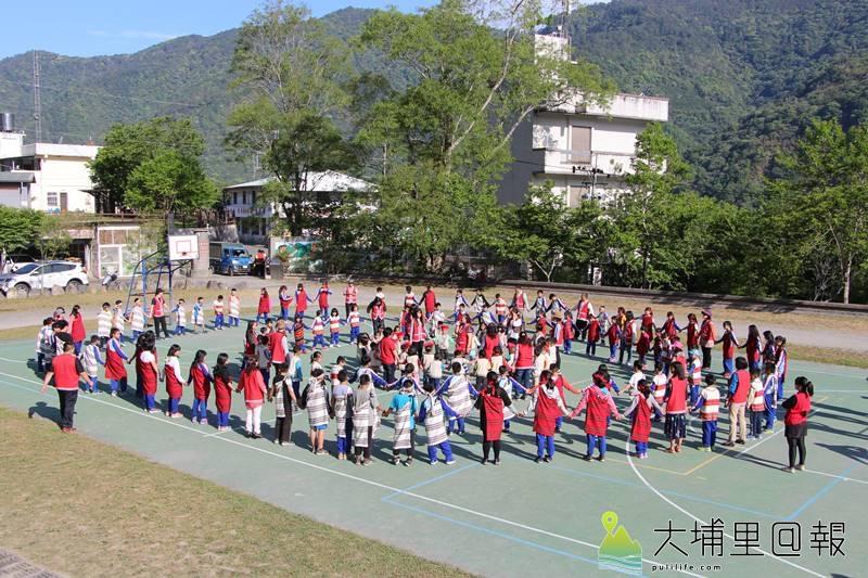 親愛國小傳統穀倉竣工,全校師生盛裝出席,一同歡欣圍圈歌舞慶祝。(圖/親愛國小提供)