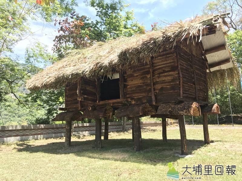 親愛國小泛文面族傳統穀倉竣工,柱子上的「倒碗」設計,是為了防止老鼠入內啃食糧食。(圖/親愛國小提供)