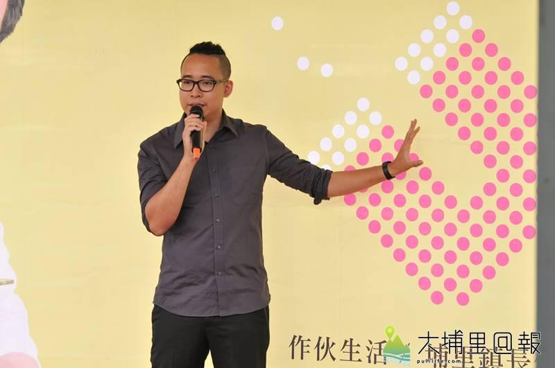 設計師謝顯林出席廖志城參選埔里鎮長記者會,說明競選文宣意涵,他表示廖志城尊重年輕人的專業,充分授權。(柏原祥 攝)