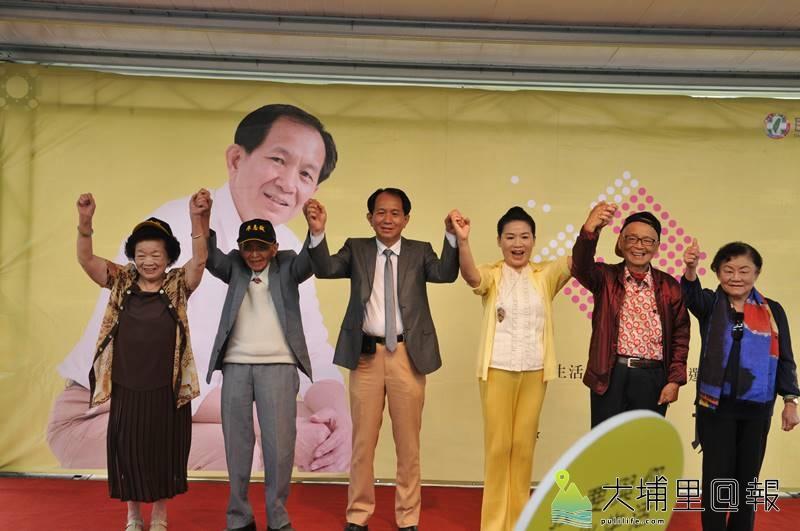廖志城競選團隊舉辦記者會,廖志城父母及親家共同上台為他加油。(柏原祥 攝)