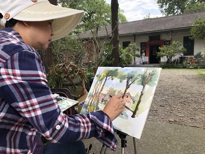 來自全台各地的藝術家至埔里林家古厝寫生,為埔里鎮內文化資產留下畫作記錄。(鄧文淵 攝)