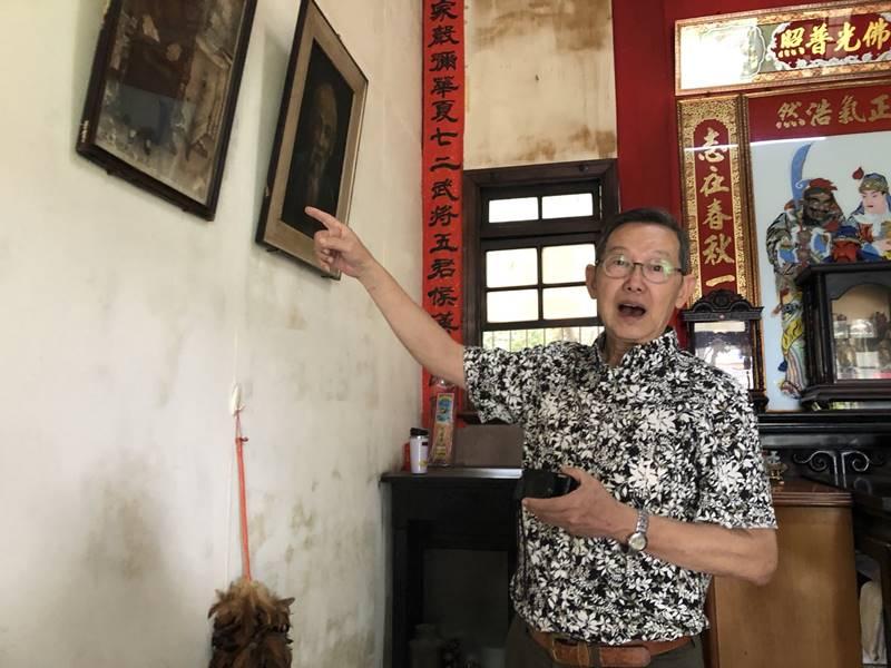 埔里林家古厝,是九二一地震後所保留的少數古屋之一,圖為老屋傳人林耀堂導覽老屋的歷史。(鄧文淵攝)