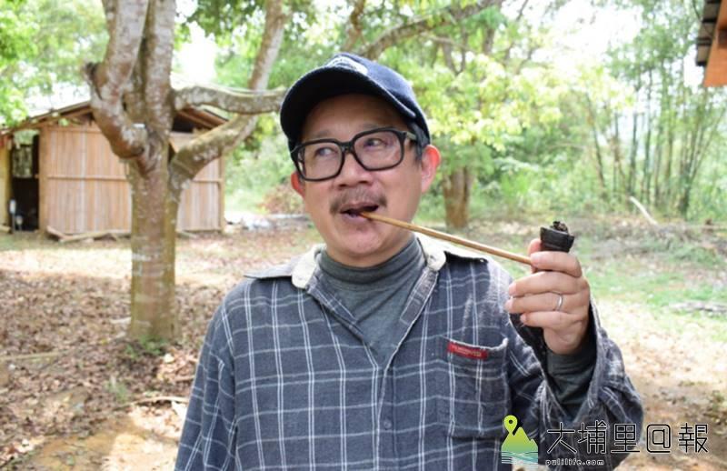 漫畫家邱若龍重返霧社事件現場,他抽著自製竹製煙斗,隨時菸不離手。(大埔里@報提醒您,抽煙有礙健康)(李休睏 攝)