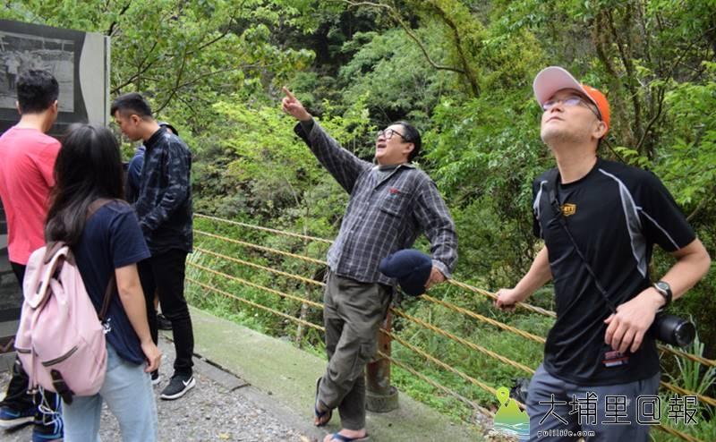 漫畫家邱若龍重返霧社事件現場,他仰望「人止關」壯闊的峽谷地貌,右一為講師啟明‧拉瓦。(李休睏 攝)