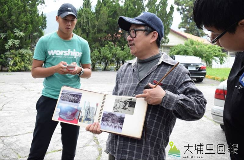 漫畫家邱若龍重返霧社事件現場,他在「霧社公學校」舊址大方展示著事件當時的舊相。(李休睏 攝)