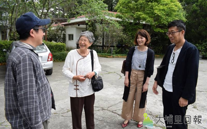 漫畫家邱若龍重返霧社事件現場,他在「霧社公學校」舊址巧遇林香蘭女士(左二),還有二名跟隨林香蘭而來的日本產經新聞記者(左三、左四)。(李休睏 攝)