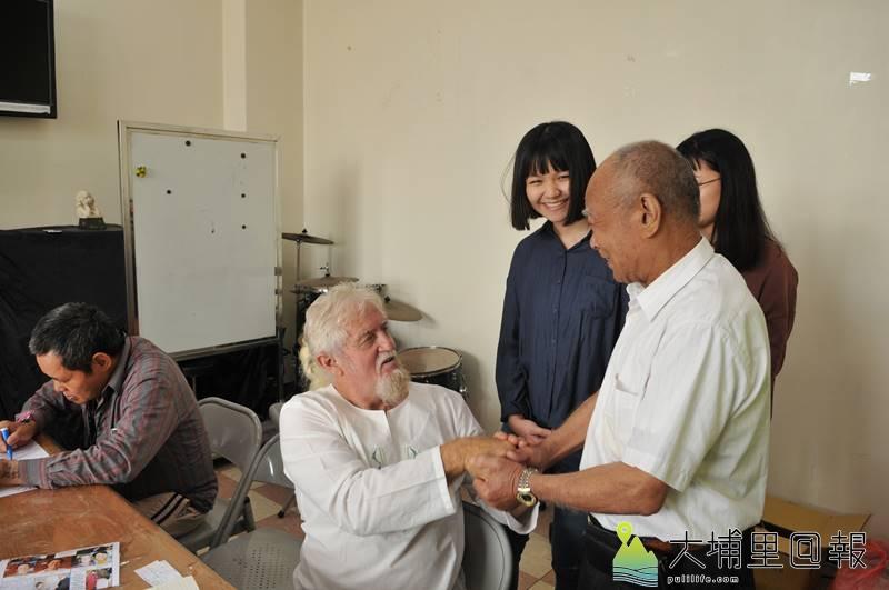 紐西蘭慈父費爾來台進行感恩之旅,並與炫寬愛心教養家園董事長賴錦鏡(右)會面。(柏原祥 攝)