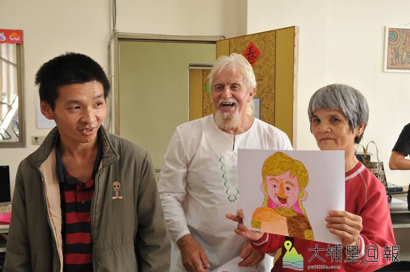 紐西蘭慈父費爾來台進行感恩之旅,他見到炫寬愛心教養家園院生的繪畫作品相當驚喜。(柏原祥 攝)
