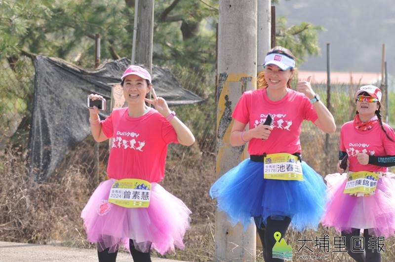 「油雞媽媽」曾素慧(左)帶領著小腳丫媽媽們長跑,粉紅色的隊服相當搶眼。(柏原祥 攝)