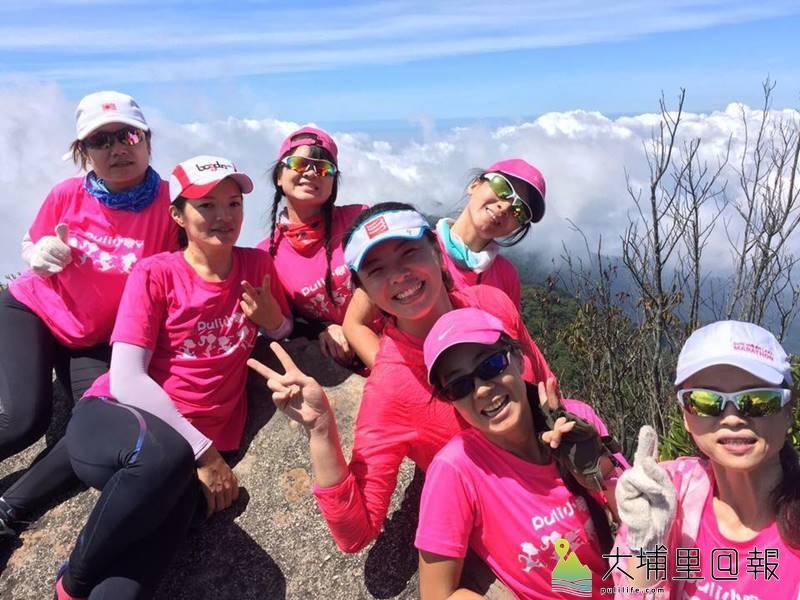 「油雞媽媽」曾素惠(右二)帶領著小腳丫媽媽們長跑,也經常出外健走踏青,粉紅色的隊服相當搶眼。(圖/小腳丫提供)