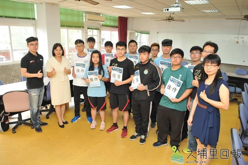 埔里高工三年級學生劉卓壹(前排左五)是飛行傘高手,在科展中也獲得優等,他與其他獲獎的同學開心合影。(柏原祥 攝)