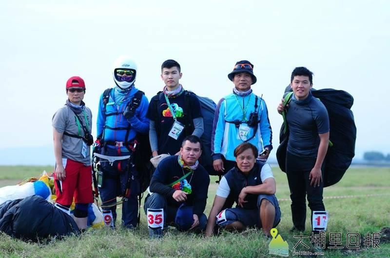 埔里高工三年級學生劉卓壹(後排中)是飛行傘高手,與隊友代表國家在2018亞太飛行傘精準定點錦標賽中勇奪國家組第三名。(圖/埔里高工提供)