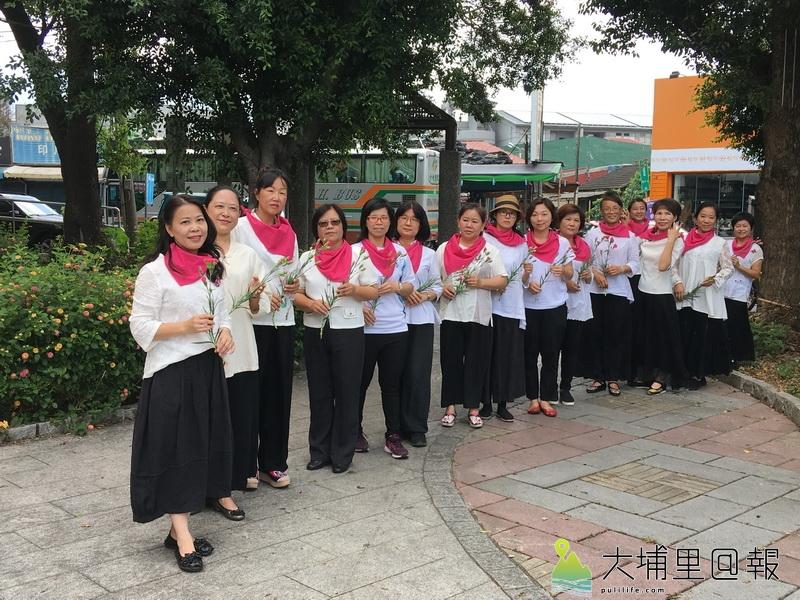 水沙連社大茶藝之美班由林麗月老師領軍(左一)舉辦社區回饋。(唐茹蘋 攝)