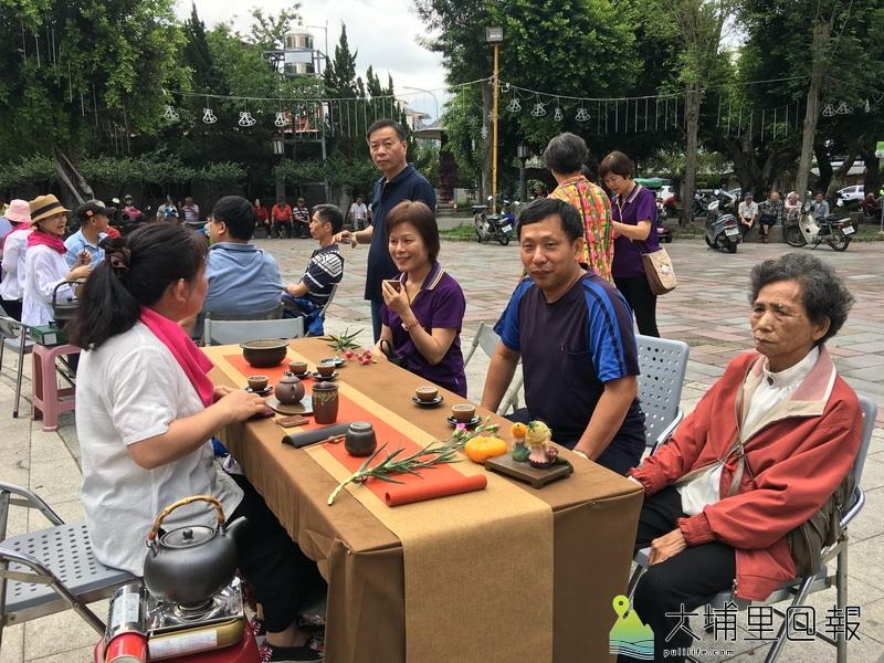 每個茶席各有特色,吸引民眾前來品茶。(唐茹蘋 攝)