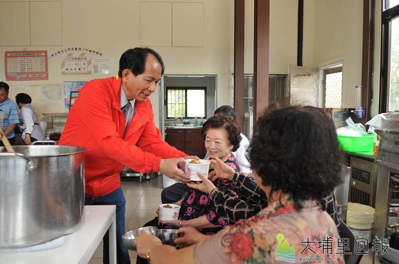 埔里鎮長參選人廖志城母親節前夕親自下廚請老家小埔社媽媽們吃飯,還獻上了康乃馨。(柏原祥 攝)