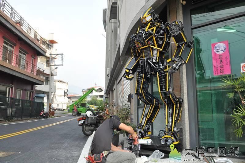 梁乃元最新一批「機甲獵人」金鋼作品,矗立在廖志城服務處門口。(柏原祥 攝)