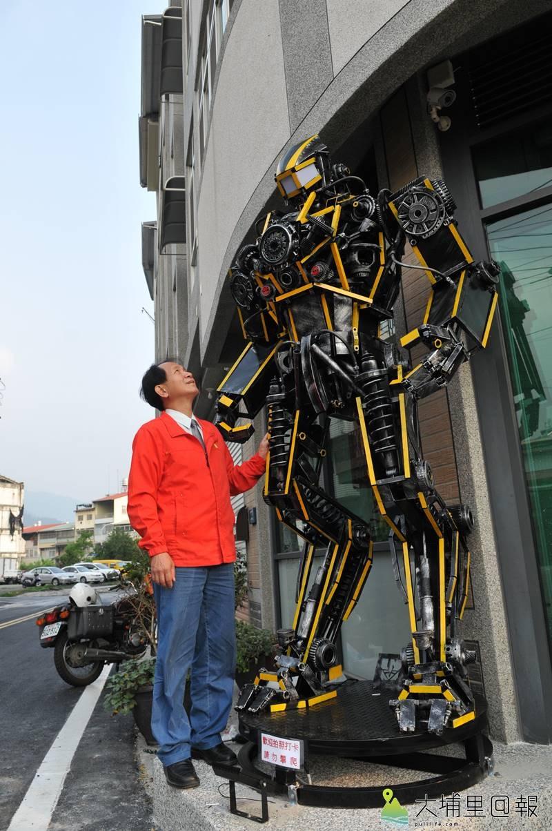 梁乃元最新一批「機甲獵人」金鋼作品,矗立在廖志城服務處門口,高達2.75公尺。(柏原祥 攝)