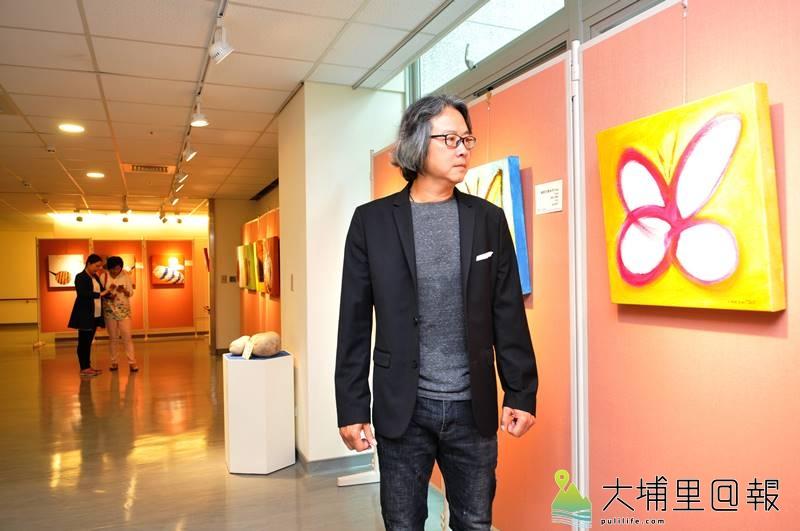 張家銘捐出珍藏的創作予埔基長照教學中心,背後為其蝴蝶系列作品。(柏原祥 攝)
