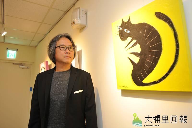 張家銘捐出珍藏的創作予埔基長照教學中心,一旁為其貓系列作品。(柏原祥 攝)