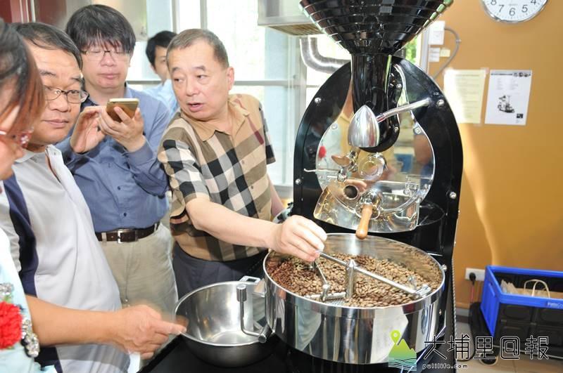 暨大觀餐系推動USR計畫,邀集水沙連地區咖啡產業界代表精進學習,圖為咖啡技術總監吳原炳(右)講解烘豆的技術。(柏原祥 攝)