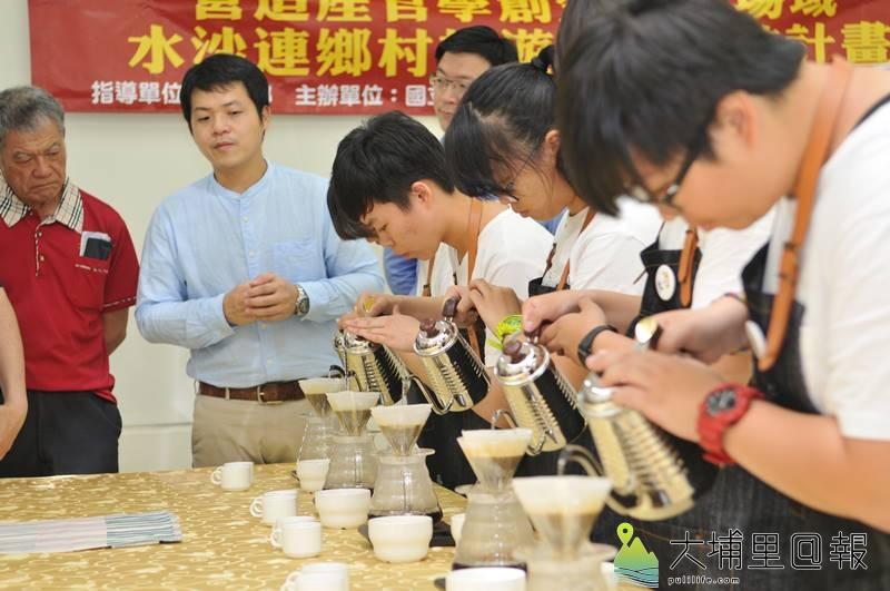 暨大觀餐系推動USR計畫,邀集水沙連地區咖啡產業界代表精進學習,圖為觀餐系學生嘗試手沖咖啡。(柏原祥 攝)
