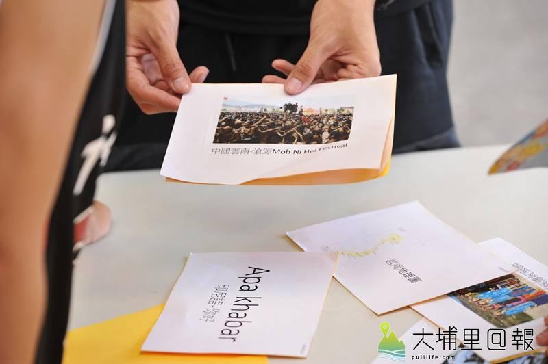暨大諮人系同學及埔里國小師長舉辦多元文化親子交流活動,學生運用圖卡配對關卡,讓小朋友瞭解東南亞文化。(柏原祥 攝)