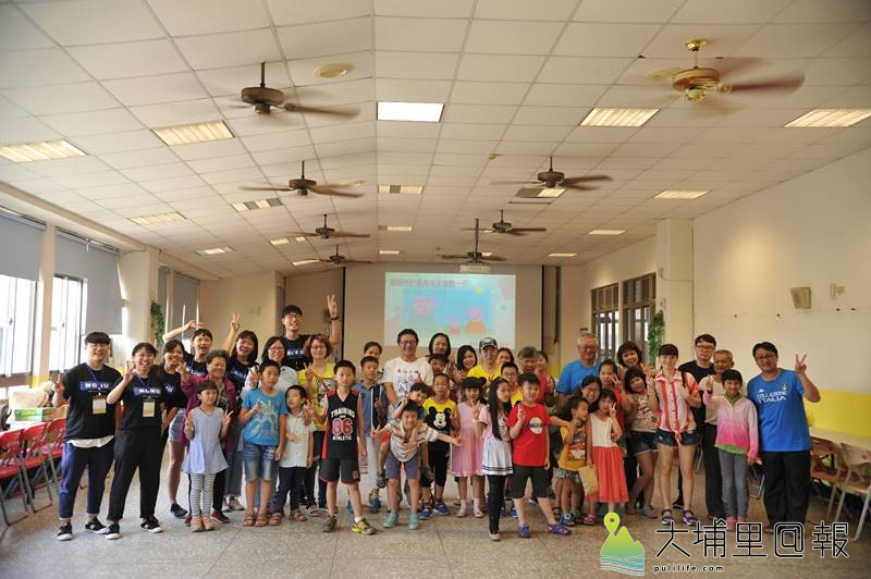 暨大諮人系同學及埔里國小師長舉辦多元文化親子交流活動,會後的大合照。(柏原祥 攝)