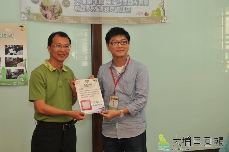 稀少語旅遊輔助人才培訓,在暨大R立方學堂舉行結訓典禮,來自泰國的劉宗旻獲得證書。(柏原祥 攝)