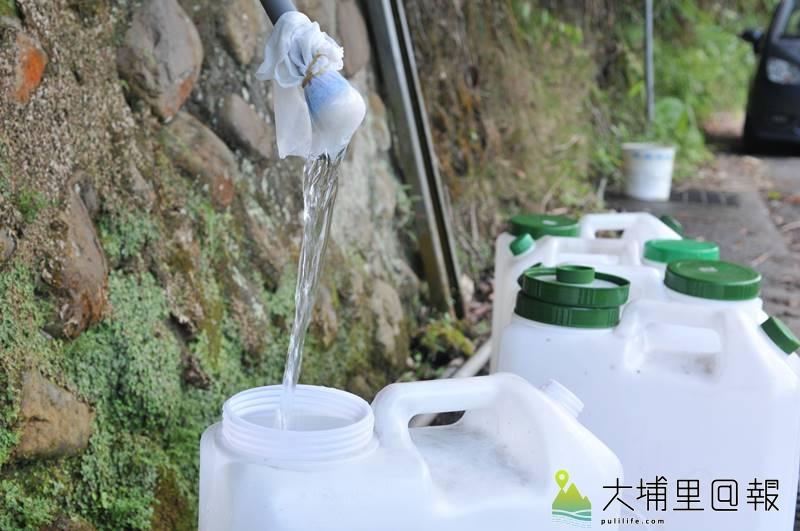 春雨稀少,又遇上「空梅」,乾旱危機籠罩全台,連在埔里取山泉水的民眾都感受到出水量變小了。(柏原祥 攝)