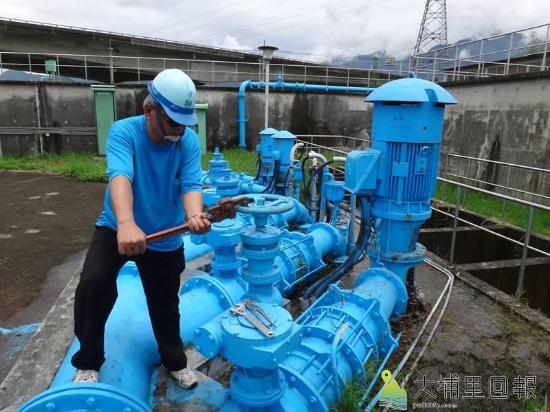 當氣候異常,乾旱來襲,地下水位也會下降,自來水工程師會以調解水壓的方式節水。(柏原祥 攝)